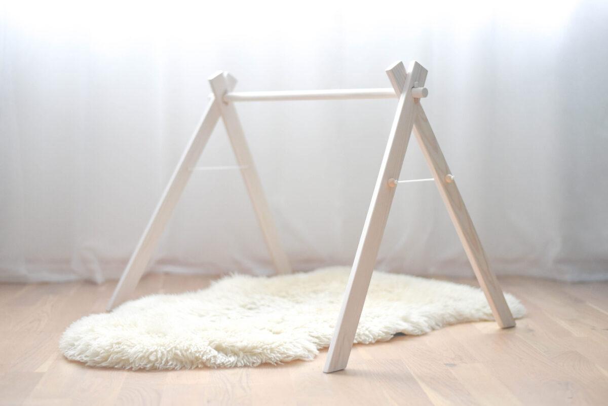 Valge puidust mängukaar beebile