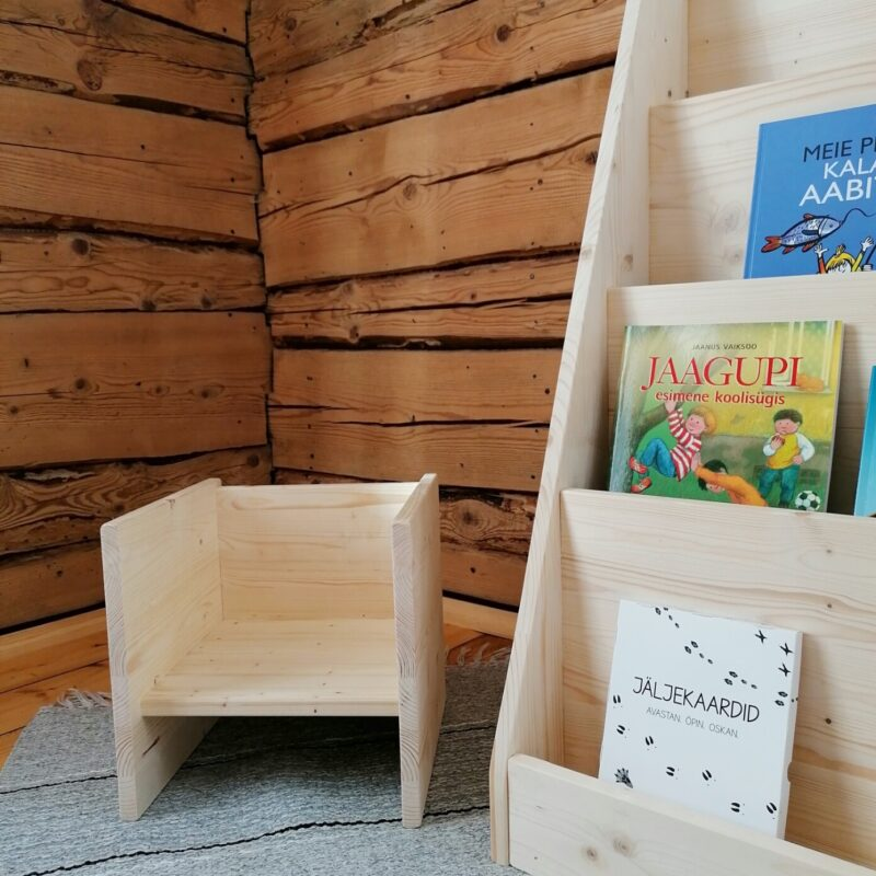 Puidust kuubiktool ja Montessori raamaturiiul