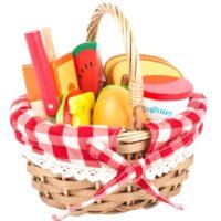 Piknikukorv lõigatavate puuviljadega